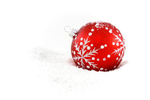 9140-a-red-christmas-ornament-in-the-snow-pv